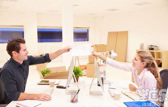 水瓶座如何面对办公室恋情1